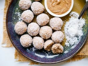 These healthy no food processor protein balls just require a mixing bowl. SO easy to make, the recipe is gluten free and can easily be made dairy free and vegan. Just choose a vegan/dairy free protein powder, and a vegan sweetener! Via nourisheveryday.com